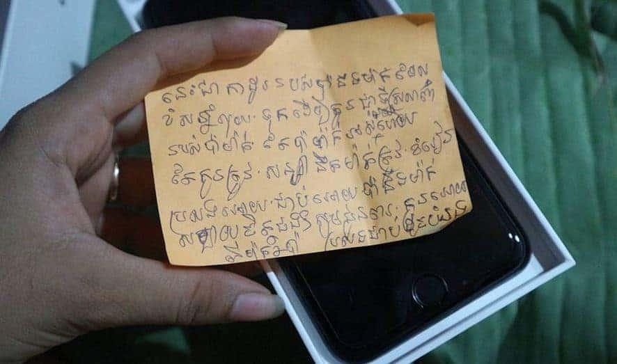 ក្តីស្រលាញ់របស់ឪពុកម្តាយ ទិញ iPhone ឲ្យកូនដោយខ្ចប់ស្លឹកចេក-7